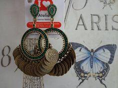 Maxi brinco ouro velho com strass na cor esmeralda e medalhas.