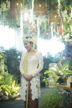 Akad nikah Sunda dengan nuansa putih - www.thebridedept.com