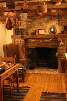 primitive homes decor – Modelli di Camino Primitive Fireplace, Primitive Homes, Fireplace Hearth, Prim Decor, Country Decor, Farmhouse Decor, Country Homes, Family Room Design, Cabin Homes