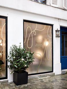 Studio Chloé Nègre — Salon Delphine Courteille Salon Window Display, Window Display Design, Glass Sticker Design, Glass Design, Schönheitssalon Design, Store Design, Window Stickers, Window Decals, Shop Signage