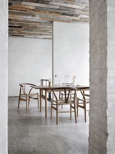 Wegner´s CH327 dining table in solid wood surrounded by his Wishbone Chairs in a mix of oak and walnut.