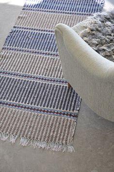 Tablet Weaving, Weaving Art, Loom Weaving, Hand Weaving, Weaving Textiles, Furniture Upholstery, Recycled Fabric, Bath Rugs, Woven Rug