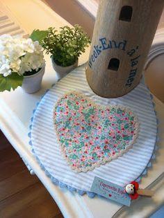 """Babero de la serie """"Pour ma petite Caroline"""", en el corazón una tela de flores."""