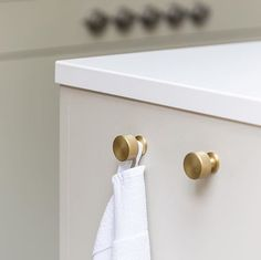 Simple clean lines coupled with our Sparkbrook collection knob for the chicest way to hang your kitchen tea towels. Kitchen design by . Kitchen And Bath Design, Kitchen Decor, Kitchen Ideas, Kitchen Organisation, Organization, Towel Rack Bathroom, Knobs And Pulls, Beautiful Kitchens, Tea Towels