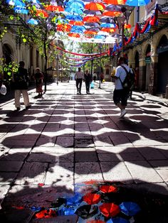 These umbrellas add some very cool(ing) color to the streetscape in Quito! The geometric shadows add a playful touch to the functional yet whimsical installation. #Placemaking #LQC #StreetsAsPlaces