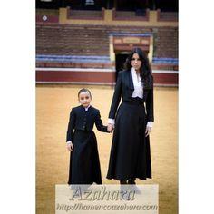Conjunto formado por #falda y #chaqueta de #corto para #mujer y #niña. #modaflamenca