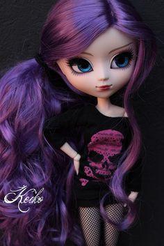 -Vams Paras Rocks de Core?!Okay! O look da Girl Rock tá tudo de Bom O cabelo Super punk,O vestidinho De Caver.A pose,A atitude Tudo de Lindo!<3