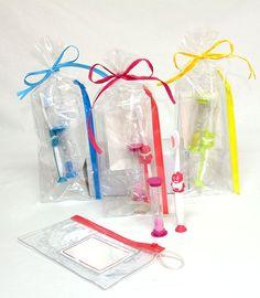 Set cepillo de dientes y reloj en bolsa con neceser pvc decorado Modelo 06-35519T Regalos infantiles Se cepillo de dientes y reloj de arena en neceser pvc Se presenta en bolsa con rafia a tono y tarjeta personalizada