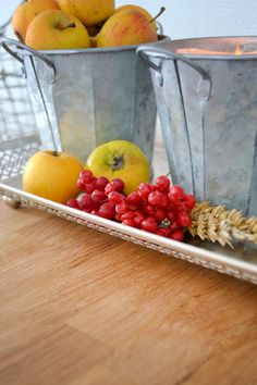 zinkeimer und äpfel als Herbstdeko