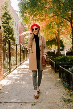 """Houndstooth-Leggings / Takes / The Softest Black Sweater / Tasche """"Costume"""" / Quaste (und Latest Winter Fashion, Autumn Fashion, Beret Outfit, Chic Winter Outfits, Preppy Style Winter, Preppy Fall Outfits, Mode Blog, Mode Inspiration, Mode Style"""
