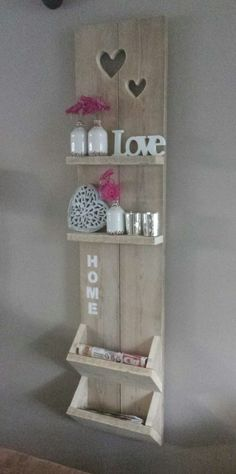 Here for you today 20 very nice ideas for transforming wooden pallets into chic Shabby style objects. With some inspiration below you can create or modify a former pallet into your home decor Let us inspire you in pictures! Wooden Pallet Shelves, Wooden Pallets, Pallet Wood, 1001 Pallets, Pallet Benches, Pallet Cabinet, Pallet Couch, Pallet Tables, Pallet Bar