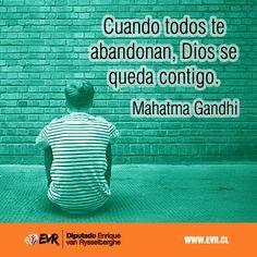 Cuando todos te abandonan, Dios se queda contigo. Mahatma Gandhi.