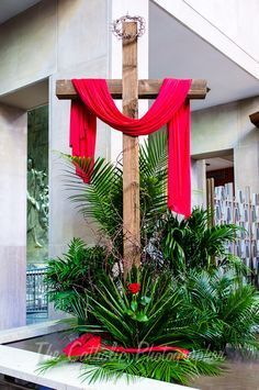 Yard Inspiration-Wooden Cross & Crown of Thorns Church Altar Decorations, Church Christmas Decorations, Church Flower Arrangements, Church Flowers, Altar Design, Holy Thursday, Wooden Crosses, Easter Flowers, Easter Cross