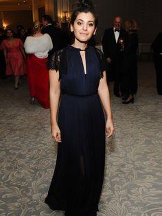 Zurückhaltend, aber wunderschön: Das blaue Abendkleid mit schwarzen Spitzenärmeln von Katie Melua.