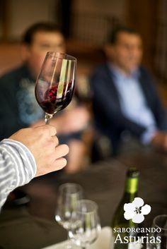 Pocas personas asocian #Asturias con el #vino, pero se conservó, casi de milagro, la tradición milenaria del cultivo de la vid y de la elaboración familiar de vino. Recuperada y potenciada esta tradición, se han modernizado las instalaciones para dar lugar a un vino de gran calidad, cada vez más apreciado por los enólogos. Descubre el increíble paisaje de viñas donde conviven bodegas tradicionales con modernas e innovadoras instalaciones. http://saboreandoasturias.org/