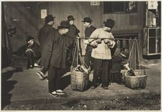 Arnold Genthe (Berlino, 8 gennaio 1869 – 9 agosto 1942): Vegetable Peddler, Old Chinatown, San Francisco, ca. 1895-1906. Collection of the Sack Photographic Trust; Source: http://www.sfmoma.org/explore/collection/artwork/107437##ixzz2UNzZrRMm  San Francisco Museum of Modern Art