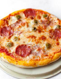 Pizza z mozzarellą, salami, szynką i oliwkami