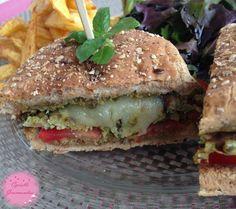 Veggie Burger aux accents du sud!  Recette sur le blog http://cgourmandise.canalblog.com/archives/2014/10/07/30720525.html