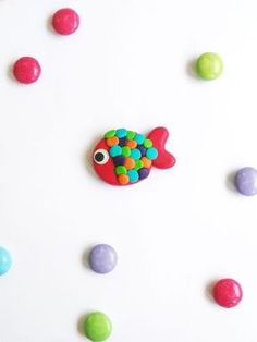 A fish brooch in Fimo - Virginie Vixine Polymer Clay Fish, Polymer Clay Animals, Fimo Clay, Polymer Clay Projects, Polymer Clay Jewelry, Jumping Clay, Pretty Fish, Clay Tutorials, Clay Charms