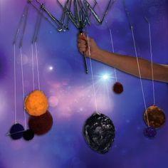 Uno de los conocimientos que habrán de aprender los niños en el colegio es los planetas que componen el sistema solar. En Guiainfantil.com os proponemos una forma diferente de aprenderlos con esta sencilla manualidad de papel maché.