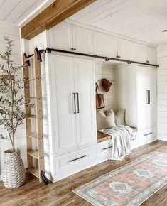 Farmhouse Homes, Farmhouse Design, Country Homes, Love Your Home, My Dream Home, Interior Exterior, Interior Design, Cozy House, Built Ins