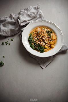 Potrawka z jarmużu i ziemniaków, w orzechowym sosie (kale, potatoes, peanut butter) | White Plate