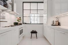 Fönsterparti mot sovrum ger köket ordentligt med dagsljus
