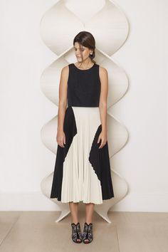 Carolina Cassou, co-founder do e-commerce Gallerist veste look preto e branco com saia Proenza Schouler em clique de Verena Smit para a Revista J.P.