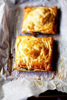Mushroom, spinach and feta pies - Greedy gourmand (mushroom and spinach quiche puff pastries) Quiches, Omelettes, Pastry Recipes, Cooking Recipes, Cooking Tips, Spinach Feta Pie, Enjoy Your Meal, Food Porn, Snacks Für Party