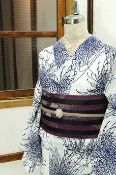 白地に紺一色で染め出された繊細で優雅な乱菊文様が美しい注染レトロ浴衣です。