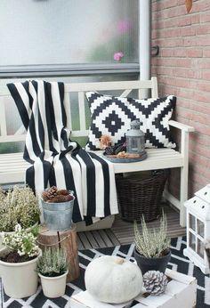 Schwarz-Weiße Herbstdeko auf dem Balkon