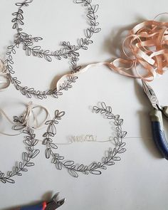 Hottest Photos wire Wreath Strategies There is certainly consequently lots of things to preoccupy craft buffs with Yuletide however undoub Sea Glass Jewelry, Copper Jewelry, Sculptures Sur Fil, Wire Sculptures, Diy Crafts For Kids, Arts And Crafts, Art Fil, Diy Spring Wreath, Wire Wreath