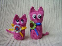 Toys de lá em forma de gatos feitos em crochê, em dois tamanhos, podendo ser vendidos o kit com 2 unidades ou individuais. Pequeno R$ 10,00, Grande R$ 12,00. Kit com 2 unidades: R$ 20,00. As dimensões de...