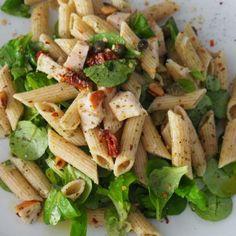 pastasalade met gerookte kip, pesto en pijnboompitten - Powered by Greek Orzo Salad, Pesto Pasta Salad, Pasta Salad Italian, Veggie Pasta, Pasta Salad Recipes, Healthy Salad Recipes, Vegetarian Recipes, Healthy Food, Tri Color Pasta Salad