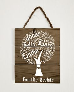 Hier hast du ein außergewöhnliches Türschild entdeckt - geeignet als ausgefallene  Geschenkidee oder als charmante Dekoration für deine eigenen vier Wände.  Dieses schöne Namensschild besteht aus drei, miteinander verbundenen Holzbrettchen.  Aus deinen Wunsch-Namen erstellen wir dir einen persönlichen Familienbaum.