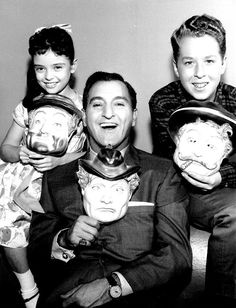 Angela Cartwright, Danny Thomas Rusty Hamer in Make Room For Daddy ABC CBS) — They're each holding a different Red Skelton mask. Danny Thomas, Marlo Thomas, Old Shows, Cartoon Tv, Hollywood Actor, Old Tv, Classic Tv, Sweet Memories, We The People