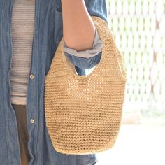 こんにちは。 Holding hands Heart です。  【 新商品入荷 】「  RAFFIA ラウンドハンドル イーブン 」   ラフィア素材でできた小ぶりのバッグ。  小ぶりなので、お散歩やコンビニなどちょっとしたお出かけにも便利です。  内側にはポケットもついています。  使われるうちにしなやかになり、艶が出てきます。   サイズ:Φ18×H21㎝(ハンドル高さ14㎝)   http://kanden43.tokyo/shopdetail/000000000077/    #新商品  #RAFFIA  #ラウンドハンドル  #イーブン  #ラフィア  #バッグ  #ファッション  #ナチュラル  #リンネル  #天然生活  #ナチュラン  #大人のおしゃれ手帖