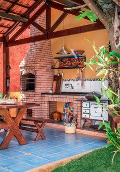 Quintal vira refúgio com árvores frutíferas, fonte e churrasqueira.