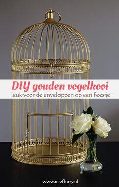 Spuit een ouderwetse vogelkooi goud voor een originele plek om enveloppen te verzamelen op een feest.