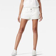 Facile comme une chaude journée d'été, ce short décontracté affiche des ourlets courts et effilochés ainsi que des détails du 5 poches classique.