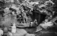 """""""30 juillet 1916, Somme. Entrée d'un poste de secours avec des blessés. « Le brouillard permit en tout cas aux blessés légers de gagner mon poste de secours et aux brancardiers de m'amener quelques hommes grièvement atteints."""" Frantz Adam/AFP"""