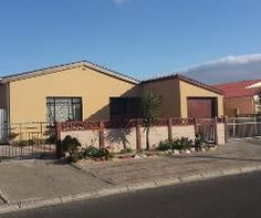 3 bedroom House for sale in Matroosfontein for R 660 000 with web reference 103108708 - SAHometraders