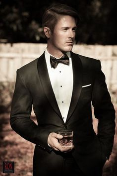 Tuxedo is the classic attire for men and it represents style, class, elegance and personality. There are set rules for wearing a tuxedo and it is important to get them straight. Gentleman Mode, Gentleman Style, 3 Piece Suit Wedding, Wedding Suits, Mens Style Guide, Men Style Tips, Fashion Moda, Mens Fashion, Fashion Tips