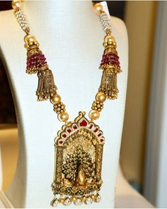 long set with marvellous peacock design art work . Jewelry Design Earrings, Gold Jewellery Design, Pendant Earrings, Necklace Designs, Gold Jewelry, Antique Necklace, Antique Bracelets, Gold Set, Indian Jewelry