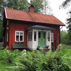 Torpet i juli. Fasaden är målad med ljusröd falufärg. Fönstren med linoljefärg 40% grå umbra. Farstun med 5% grön umbra, dörrarna 85% kromoxidgrön. Trädgårdssoffan är målad med 100% kromoxidgrön. #värmland #torp #byggnadsvård #sekelskifte #linoljefärg #falurödfärg