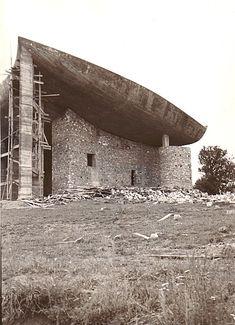 La chapelle Notre-Dame-du-Haut à Ronchamp - Le Corbusier Cabinet D Architecture, Architecture Details, Interior Architecture, Gaudi, Ronchamp Le Corbusier, Architecture Organique, Concrete Column, Chapelle, Under Construction
