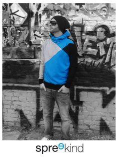 Schöner warmer Hoodie aus kuschelweichem Sweatshirtstoff. In den Farben hellblau, schwarz und einem hellen grau. Ideal für die kalten Wintertage. Die Bündchen, der Rücken und die Innenkapuze...