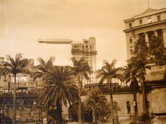 Zeppelin sobrevoa os céus de Sampa. Foto tirada a partir da Praça Ramos de Azevedo, vemos parte do antigo Viaduto do Chá.