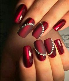 The advantage of the gel is that it allows you to enjoy your French manicure for a long time. There are four different ways to make a French manicure on gel nails. Sexy Nails, Trendy Nails, Xmas Nails, Christmas Nails, Christmas Glitter, Acrylic Nails Coffin Glitter, Coffin Nails, Maroon Nails, Nagellack Trends