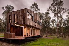 Construite dans la nature chilienne, à deux pas des grandes agglomérations, la Cabaña Tunquen imaginée et réalisée par les architectes du studio DX Arquite